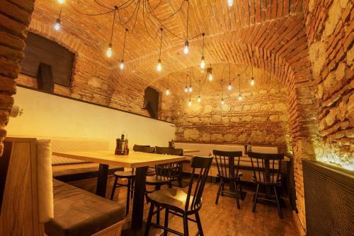 Un restaurant sau alt loc unde se poate mânca la CASA CHITIC -HOTEL SI RESTAURANT Str Johann Gott nr7