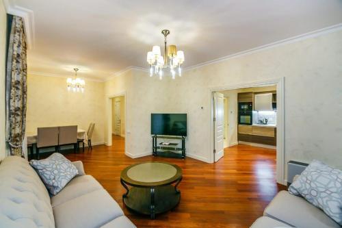 Uma área de estar em Lux Family Apartment in City Center