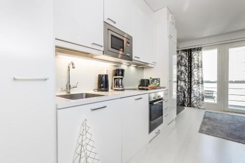 Majoituspaikan Go Happy Home Apartments keittiö tai keittotila
