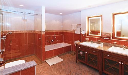 A bathroom at Altstadthotel Bräuwirt