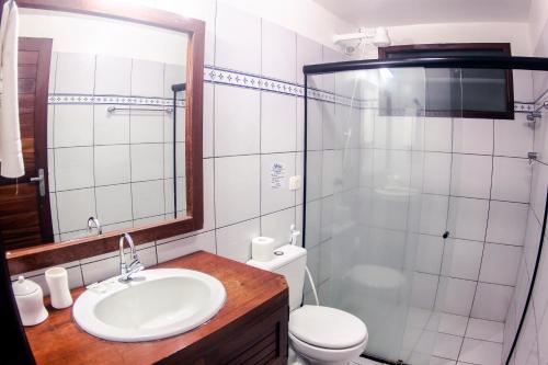 A bathroom at Villa del Mar Praia Hotel