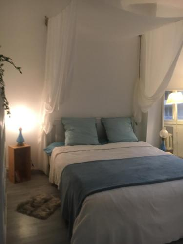 A bed or beds in a room at Le Lagon Marseillais