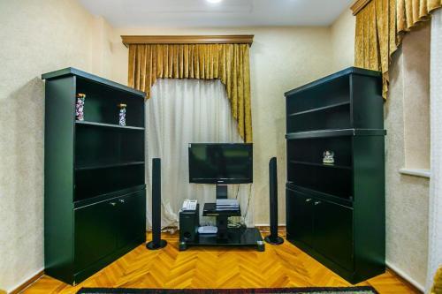Uma TV ou centro de entretenimento em Apartment in Nizami street Fountain Square