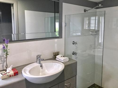 A bathroom at Sacred Mountain Retreat