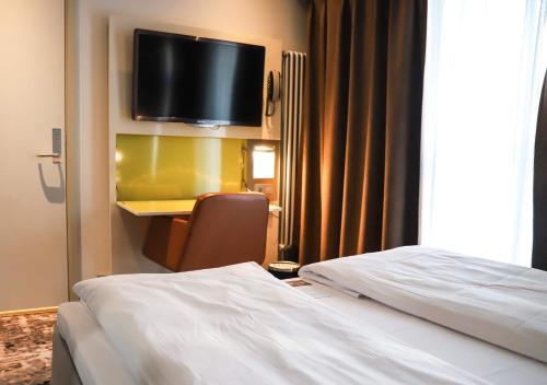 A bed or beds in a room at Comfort Hotel Grand Central