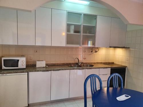 Кухня или мини-кухня в Hotel Apartamento Praia Azul