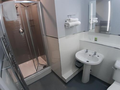 A bathroom at Hanover Hotel & McCartney's Bar