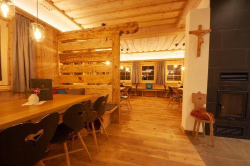 Ein Restaurant oder anderes Speiselokal in der Unterkunft Apartchalet Jörglerhof