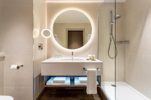 A bathroom at Hilton Aberdeen TECA