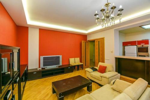Uma área de estar em Red Apartment Vip City Center