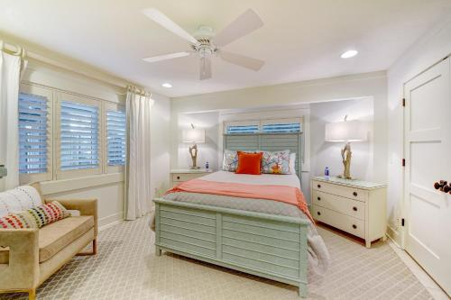 A bed or beds in a room at Summer Breeze Villa