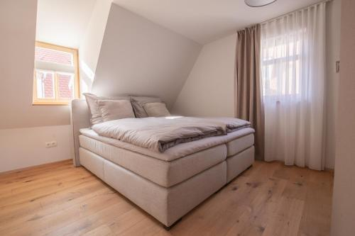 A bed or beds in a room at main3 - schlafen am fluss