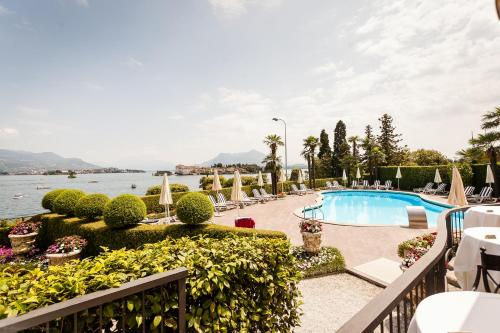 A view of the pool at Hotel Villa e Palazzo Aminta or nearby