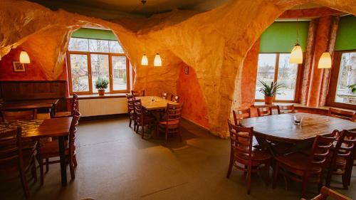 Restorāns vai citas vietas, kur ieturēt maltīti, naktsmītnē Kaķītis
