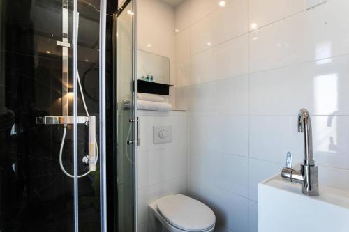 A bathroom at Hôtel Le Mistral