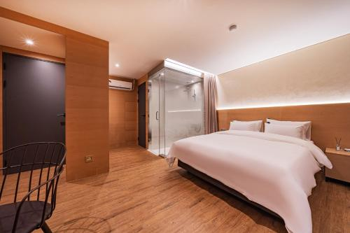A bed or beds in a room at Hotel Jara