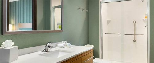 A bathroom at Home2 Suites by Hilton Downingtown Exton Route 30