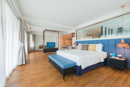 A bed or beds in a room at A-One The Royal Cruise Hotel Pattaya