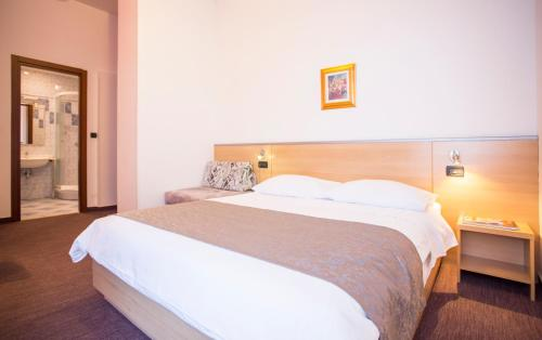 A bed or beds in a room at Hotel More