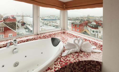 A bathroom at Hotel Tórshavn