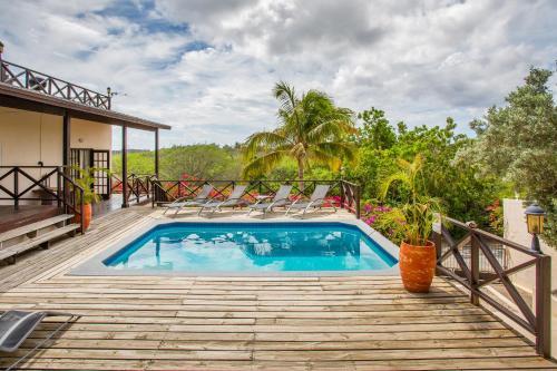 Het zwembad bij of vlak bij CuraVilla