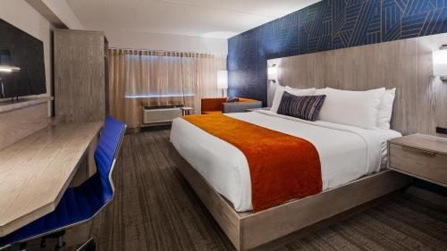 A bed or beds in a room at Best Western Plus Landmark Inn