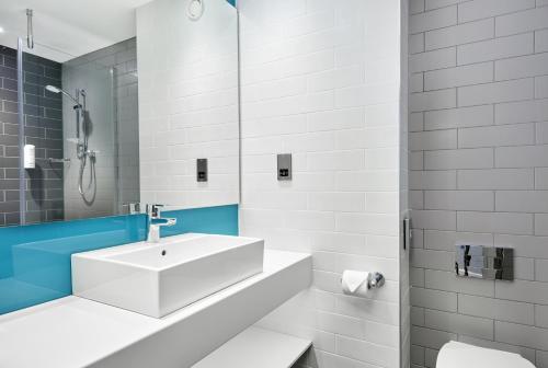 A bathroom at Holiday Inn Express Grimsby, an IHG Hotel