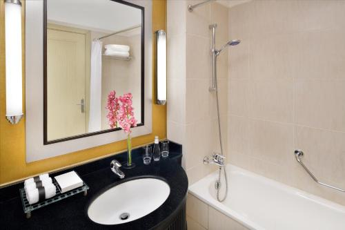 Um banheiro em InterContinental Jeddah, an IHG Hotel