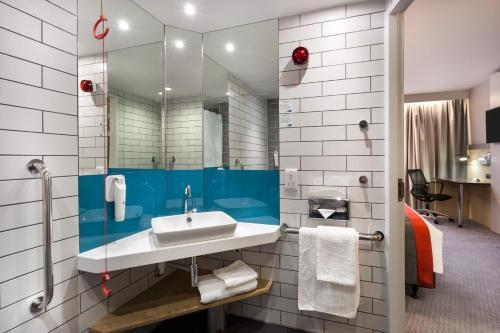 A bathroom at Holiday Inn Express London - Watford Junction, an IHG Hotel