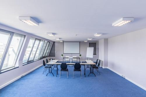 The business area and/or conference room at Holiday Inn Express Lisbon Airport, an IHG Hotel