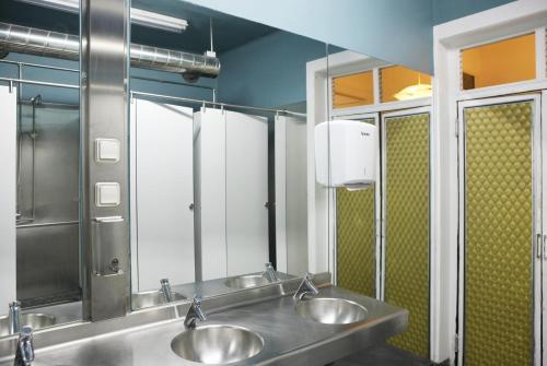 A bathroom at Goodmorning Solo Traveller Hostel