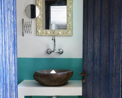 A bathroom at Apokryfo Traditional Guesthouse