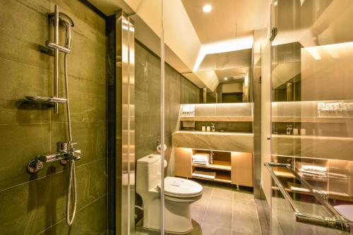 A bathroom at Goodmore Hotel