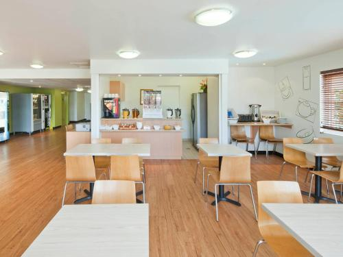 A restaurant or other place to eat at ibis Budget Coffs Harbour