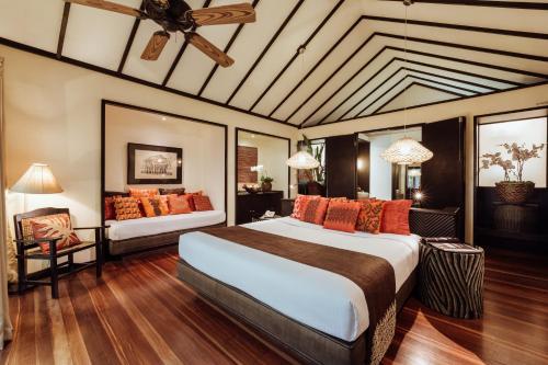 Кровать или кровати в номере Pearl Farm Beach Resort