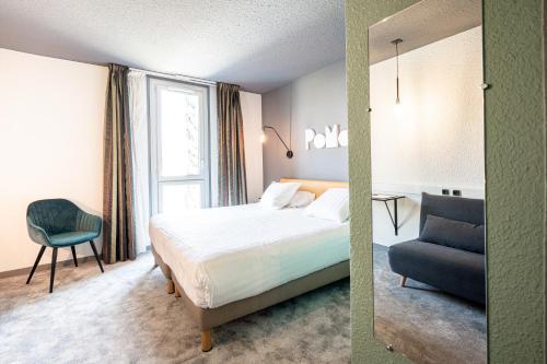 Кровать или кровати в номере PoMo Hôtel & Restaurant