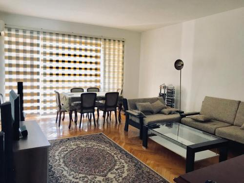 Uma área de estar em Amazing Flat with Perfect Panorama in the City Center