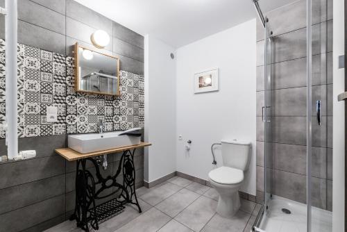 A bathroom at Apartamenty Wysocka
