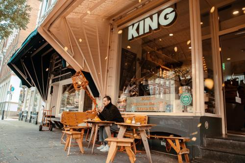 A restaurant or other place to eat at King Kong Hostel