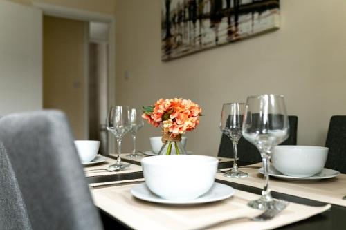 A restaurant or other place to eat at Cozy Apartment Near Alexandra Palace