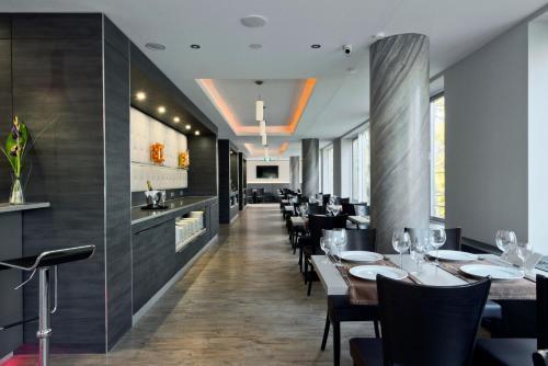 Ein Restaurant oder anderes Speiselokal in der Unterkunft Hotel Vier Jahreszeiten Berlin City