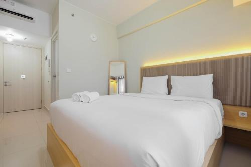A bed or beds in a room at Modern Studio @ Springlake Summarecon Apartment By Travelio
