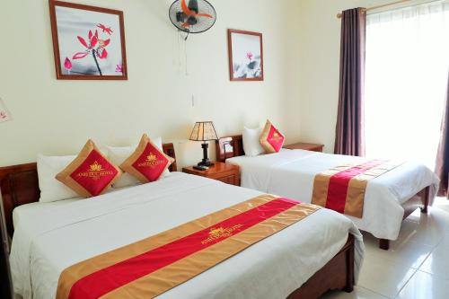 A bed or beds in a room at Anh Duc Hotel