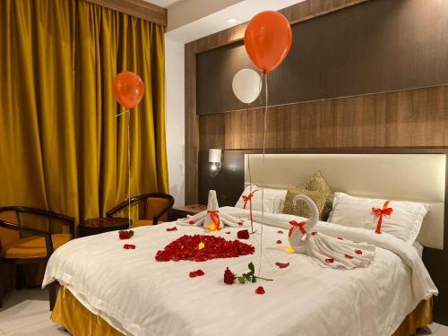 Cama ou camas em um quarto em Al Manar Diamond Suites