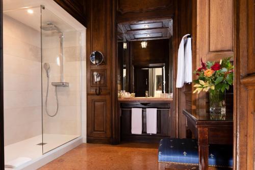 A bathroom at Château de Gilly