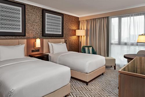 מיטה או מיטות בחדר ב-Hilton Vienna Park