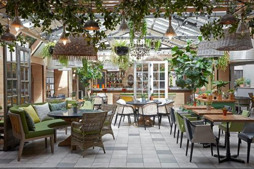A restaurant or other place to eat at Kimpton - Charlotte Square, an IHG Hotel
