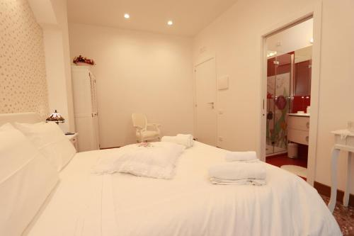 A bed or beds in a room at Casa Nina Deluxe