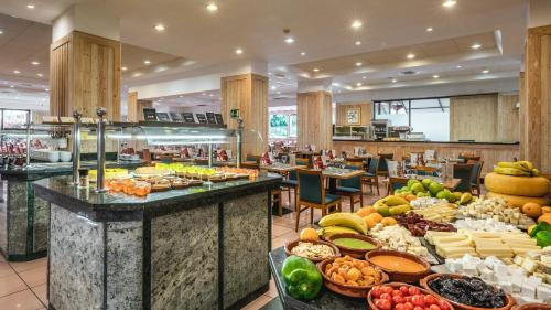 Een restaurant of ander eetgelegenheid bij Be Live Adults Only Tenerife