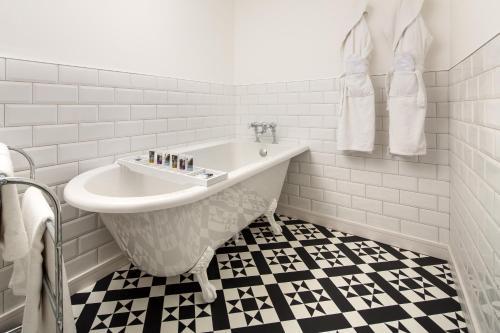 A bathroom at Mercure Burton Upon Trent, Newton Park